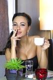 Muchacha magnífica con el cigarrillo Foto de archivo