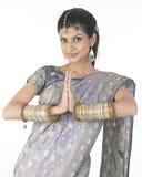 Muchacha magnífica en postura del namaskaram Imagen de archivo