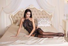 Muchacha magnífica en una ropa interior del negro sexy Fotos de archivo libres de regalías