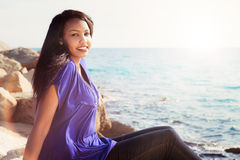 Muchacha magnífica que se relaja por el mar Imagen de archivo libre de regalías