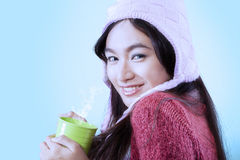Muchacha magnífica que sostiene el café caliente Imagenes de archivo
