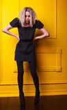 Muchacha magra que presenta en fondo amarillo Fotos de archivo