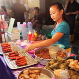 Muchacha malasia que vende los bocados locales en la comida de la calle de la noche en Malaca Malasia imágenes de archivo libres de regalías