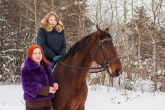 Muchacha, mamá y caballo del adolescente en un invierno Fotos de archivo libres de regalías