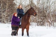 Muchacha, mamá y caballo del adolescente en un invierno Fotos de archivo