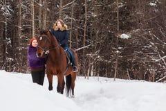 Muchacha, mamá y caballo del adolescente en un invierno Imágenes de archivo libres de regalías