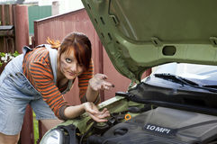 Muchacha manchada cerca del coche Foto de archivo libre de regalías