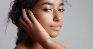 Muchacha marroquí hermosa con vídeo perfecto de la piel metrajes