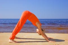 Muchacha meditating en la playa Imágenes de archivo libres de regalías