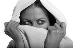 Muchacha meridional asustada en el hijab blanco Fotografía de archivo libre de regalías