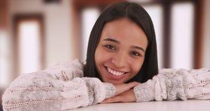 Muchacha mexicana linda que sonríe en la cámara Imagenes de archivo