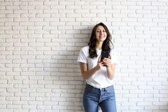 Muchacha milenaria feliz que se divierte dentro Retrato de la mujer joven con hueco del diastema entre los dientes Sonrisa hermos Imagen de archivo libre de regalías