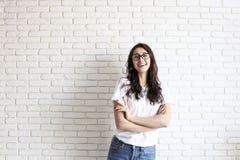 Muchacha milenaria feliz que se divierte dentro Retrato de la mujer joven con hueco del diastema entre los dientes Sonrisa hermos Foto de archivo