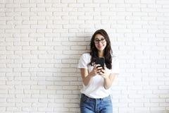 Muchacha milenaria feliz que se divierte dentro Retrato de la mujer joven con hueco del diastema entre los dientes Sonrisa hermos Fotografía de archivo