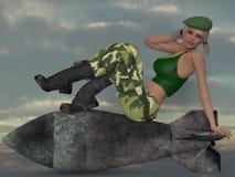 Muchacha militar atractiva que presenta con una bomba Imagen de archivo