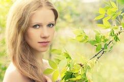 Muchacha misteriosa encantadora hermosa en bosque Imagen de archivo