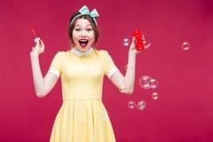 Muchacha modela alegre que ríe y que se divierte con las burbujas de jabón Imagen de archivo