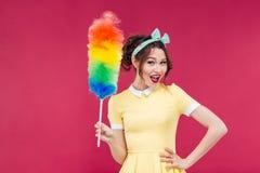 Muchacha modela atractiva sonriente que sostiene el cepillo colorido del plumero fotos de archivo libres de regalías