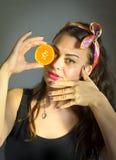 Muchacha modela con la naranja Imagenes de archivo