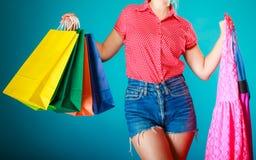 Muchacha modela con los panieres que compra el vestido de la ropa Foto de archivo libre de regalías