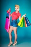 Muchacha modela con los panieres que compra el vestido de la ropa Imagenes de archivo