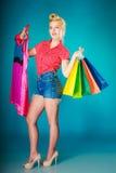 Muchacha modela con los panieres que compra el vestido de la ropa Imagen de archivo libre de regalías