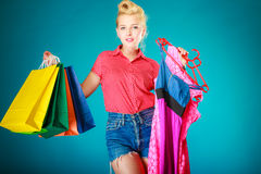 Muchacha modela con los panieres que compra el vestido Venta Fotos de archivo libres de regalías