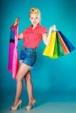 Muchacha modela con los panieres que compra el vestido Venta Fotografía de archivo libre de regalías