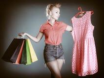Muchacha modela con los panieres que compra ropa Venta Foto de archivo