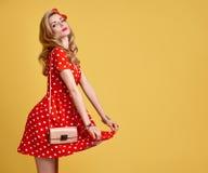 Muchacha modela de la moda en la polca roja Dots Dress vendimia Imagenes de archivo