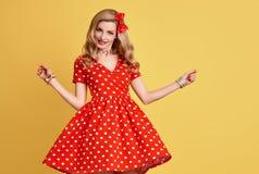Muchacha modela de la moda en la polca roja Dots Dress vendimia Fotografía de archivo libre de regalías