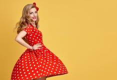 Muchacha modela de la moda en la polca roja Dots Dress vendimia Imágenes de archivo libres de regalías