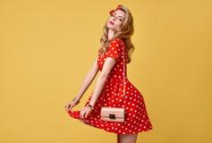 Muchacha modela de la moda en la polca roja Dots Dress vendimia Fotos de archivo