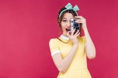 Muchacha modela hermosa feliz que toma las fotos usando cámara del vintage Imágenes de archivo libres de regalías