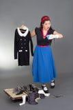 Muchacha modela que embala su maleta Imagen de archivo libre de regalías