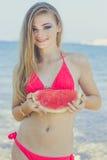 Muchacha modelo adolescente de la belleza que come la sandía Imágenes de archivo libres de regalías