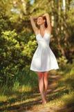 Muchacha modelo adolescente hermosa en el vestido blanco Imágenes de archivo libres de regalías