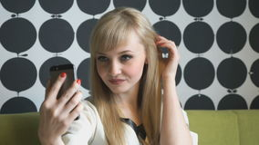Muchacha modelo atractiva que hace selfies en el café metrajes