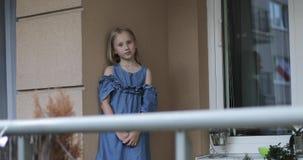 Muchacha modelo bonita que presenta en el balcón en el verano metrajes