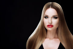 Muchacha modelo de la belleza con el pelo rayado rubio sano Mujer rubia hermosa con maquillaje brillante, pelo recto brillante pe Fotografía de archivo