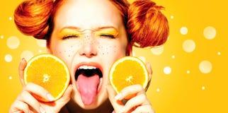 Muchacha modelo de la belleza con las naranjas jugosas Fotos de archivo libres de regalías