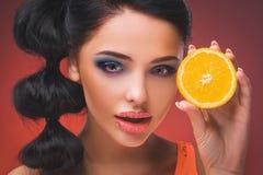 Muchacha modelo de la belleza con las naranjas jugosas Fotografía de archivo libre de regalías