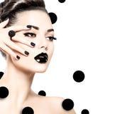 Muchacha modelo de la belleza con maquillaje negro y borrachines largos fotografía de archivo libre de regalías