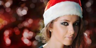 Muchacha modelo de la belleza en un sombrero de la Navidad foto de archivo