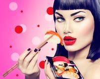 Muchacha modelo de la belleza que come el sushi del nigiri Imagenes de archivo
