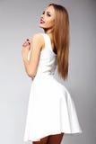 Muchacha modelo elegante divertida en el vestido blanco Foto de archivo libre de regalías
