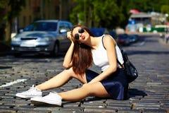 Muchacha modelo elegante divertida en paño casual del inconformista en la calle Foto de archivo libre de regalías