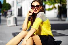 Muchacha modelo elegante divertida en paño casual del inconformista en la calle Imagen de archivo libre de regalías