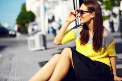 Muchacha modelo elegante divertida en paño casual del inconformista en la calle Fotos de archivo