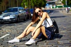 Muchacha modelo elegante divertida en paño casual del inconformista en la calle Imagenes de archivo